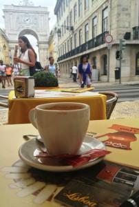 Kaffee trinken am Praça do Comércio.